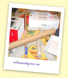 Las cajas que teníamos por casa, papel, tubos...